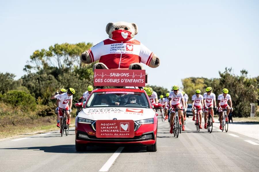 Un nounours et des personnalités guidés par un seul objectif : sauver 21 enfants sur ce Tour de France !
