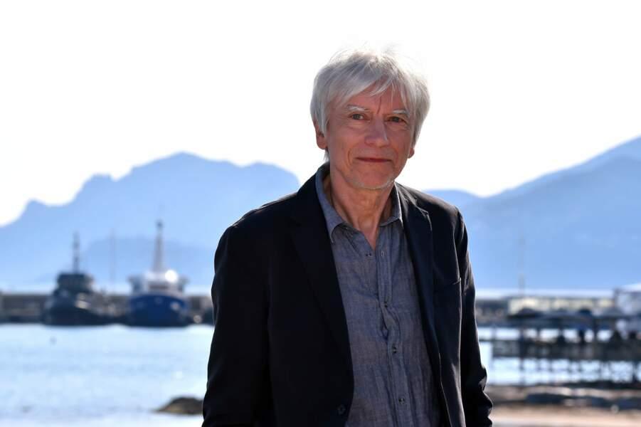 A 73 ans, hormis ses plus nombreux cheveux blancs, le comédien est assez reconnaissable