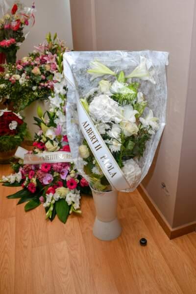 La pièce était jonchée de bouquets de fleurs