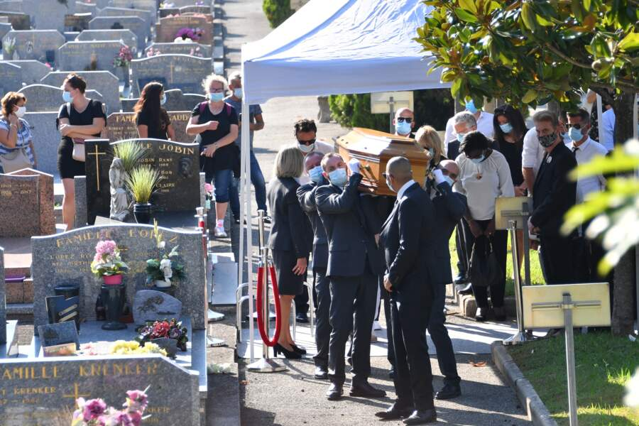 Le cercueil d'Annie Cordy à son arrivée au cimétière