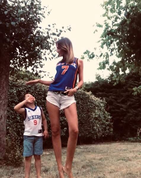 Son neveu est gaga de sa tata. Normal, il fait la taille de ses jambes !