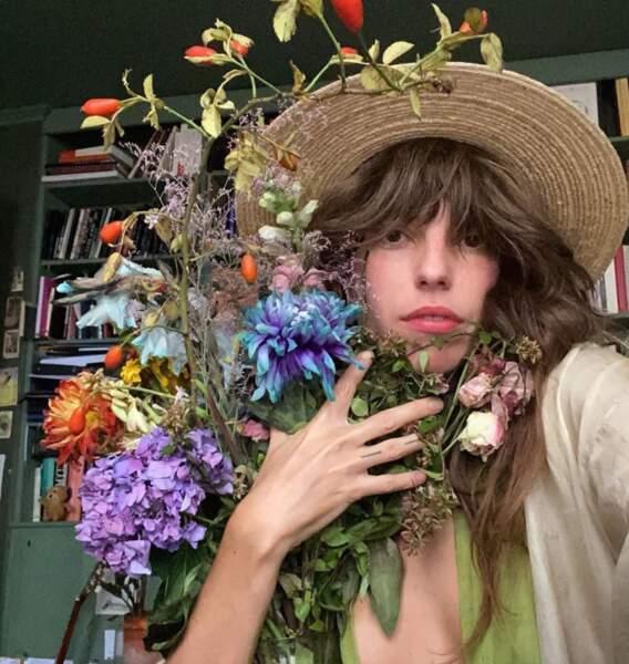 Point mode : Lou Doillon aime beaucoup les fleurs séchées.