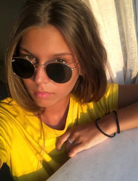 Paire de lunettes de soleil sur le nez pour la jolie Miss