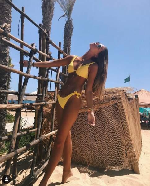 Une autre magnifique photo de Lara Lourenço dans un bikini jaune, en vacances au Portugal