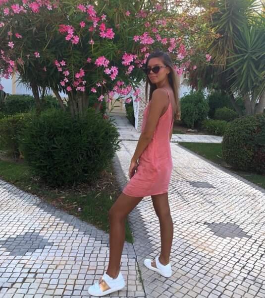 Tout de rose vêtue, elle apparaît sur ce cliché toujours au Portugal