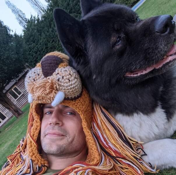 Un véritable animal pose sur ce selfie (et ce n'est pas Henry Cavill).