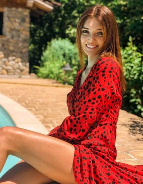 On la voit ici se prélasser dans une jolie robe rouge au bord d'une piscine