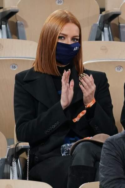 Maeva Coucke porte avec classe le masque