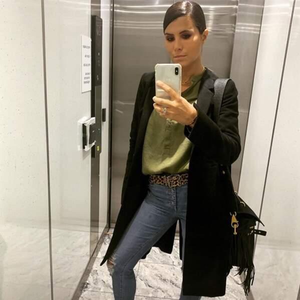 Point mode et beauté : Karine Ferri est une femme comme les autres, elle photographie sa tenue dans un ascenseur.