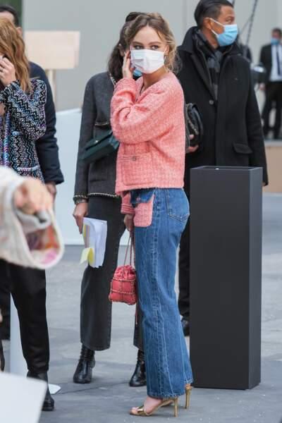 Lily-Rose Depp arrivant masqué au défilé Chanel