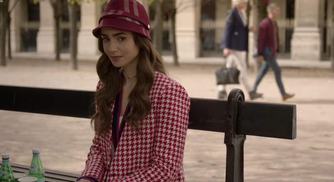 Le manteau rouge et blanc à carreaux est un Zara !