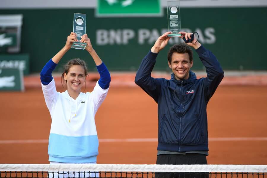 Ophélie Meunier était radieuse au moment de soulever le trophée au côté de son partenaire, l'ancien joueur Paul-Henri Mathieu !