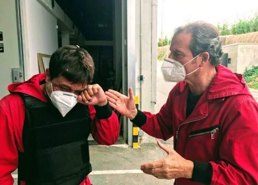 Soit Enrique Arce (Arturo) a appris une mauvaise nouvelle, soit il a une poussière dans l'oeil. Dans tous les cas, Pep Munné est là pour lui