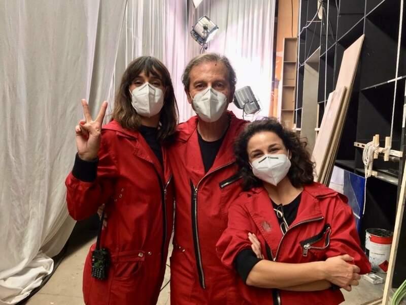 Même masquée, Belén Cuesta (Manille) est heureuse de retrouver Pep Munné (le directeur de la Banque) et Olalla Hernández (Amanda)