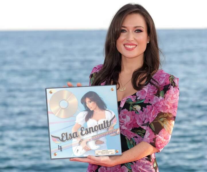 Elsa Esnoult arbore son 4e disque d'or pour Canneseries 2020