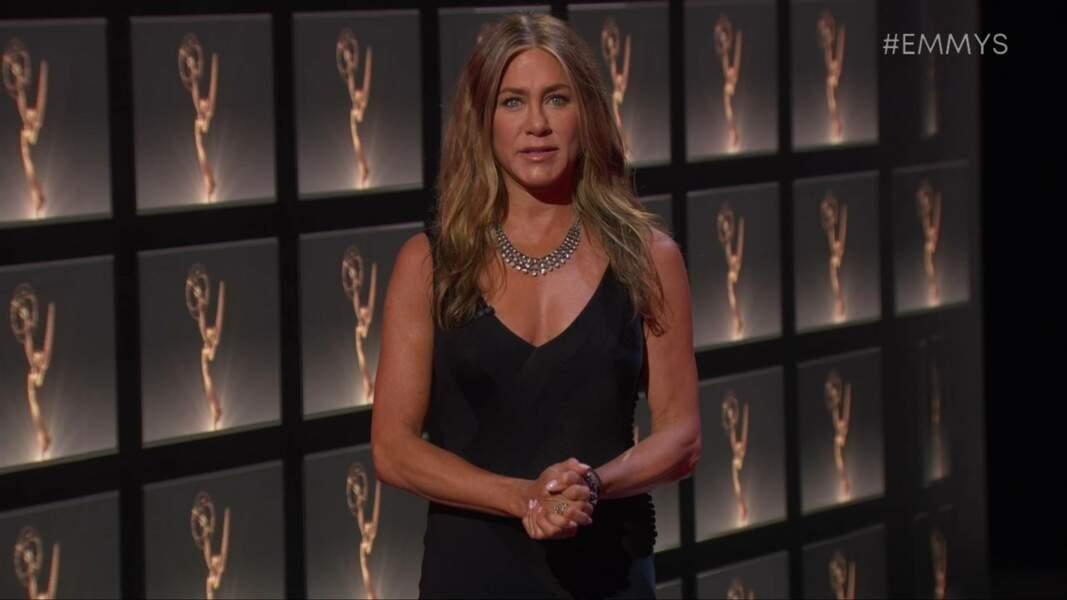 Dans Burning Love Jennifer Aniston joue Dana, celle qui se trouve sous le costume