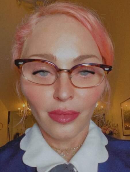 Point mode et beauté : Madonna a les cheveux roses et un goût douteux pour les filtres qui déforment le visage.