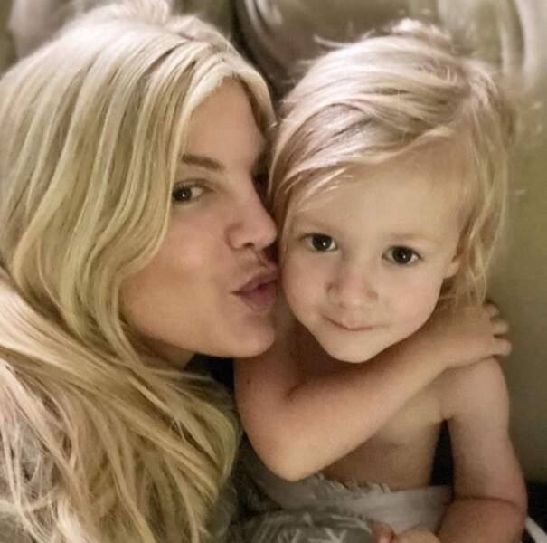 Selfie mère-fils pour Tori Spelling et son petit Beau.