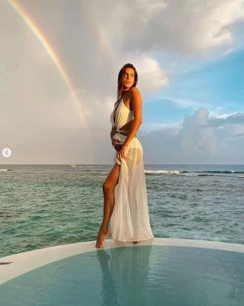 Et Iris Mittenaere se la jouait déesse grecque aux Maldives.