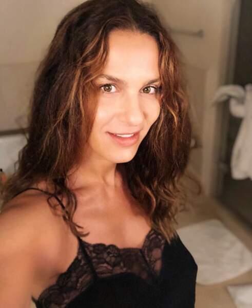 Voici Elisa Tovati sans maquillage au saut du lit.