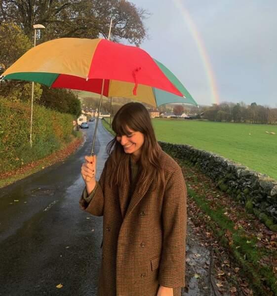 Le parapluie de Clara Luciani était assorti à l'arc-en-ciel derrière elle.