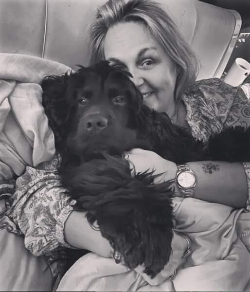Elle donne beaucoup d'amour à son chien. Trop mignon !
