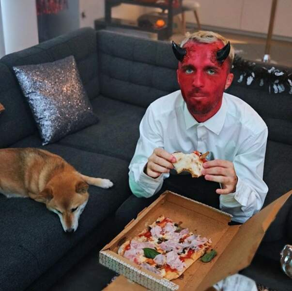 Chien + pizza + déguisement : le programme parfait pour un Halloween confiné du côté de Squeezie.