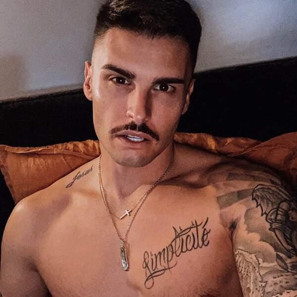 Quelques changements capillaires : moustache pour Baptiste Giabiconi.