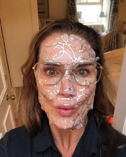 Tout comme l'actrice Brooke Shields, avec un masque un peu flippant.
