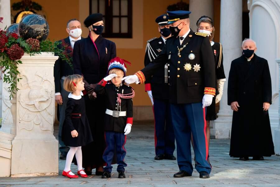 Le prince apprend le rudiment du salut militaire à son héritier le petit Jacques