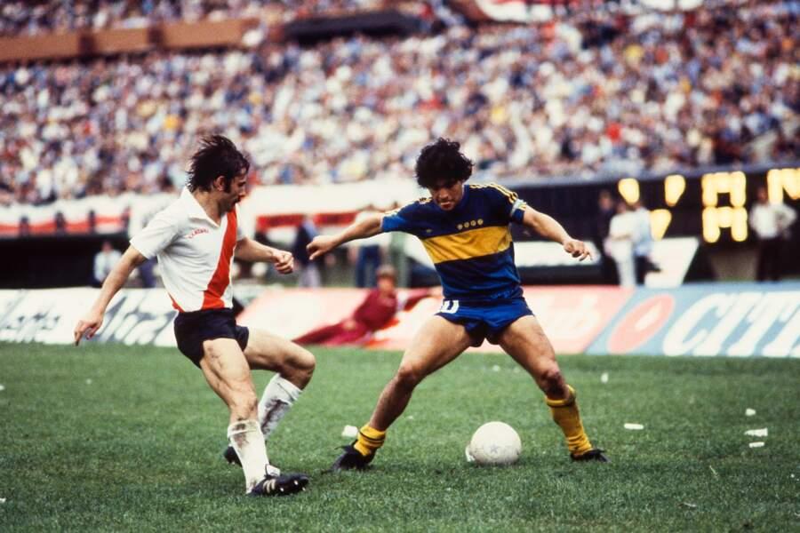Sous le maillot du Boca Juniors contre River Plate pour le championnat argentin, en 1981