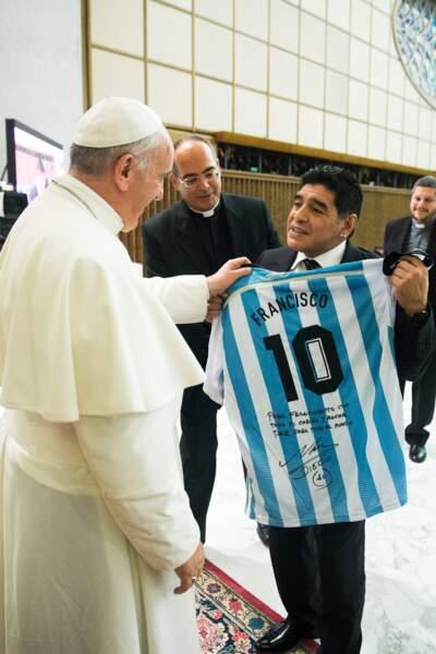 Diego Maradona avec un autre argentin bien connu, le Pape François, au Vatican en 2019