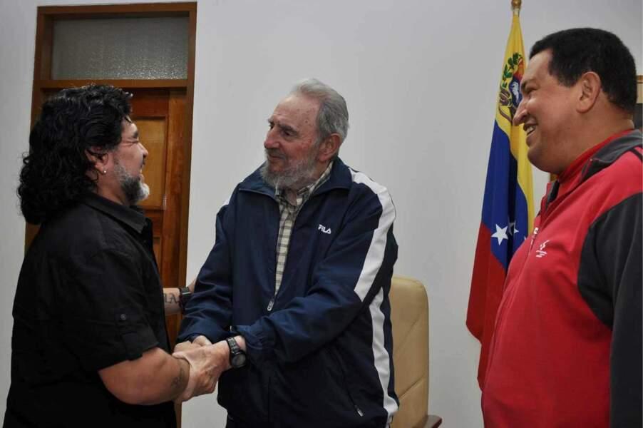 """Diego Maradona, qui se dit de gauche et """"péroniste"""", pose avec Fidel Castro et Hugo Chavez en 2011."""