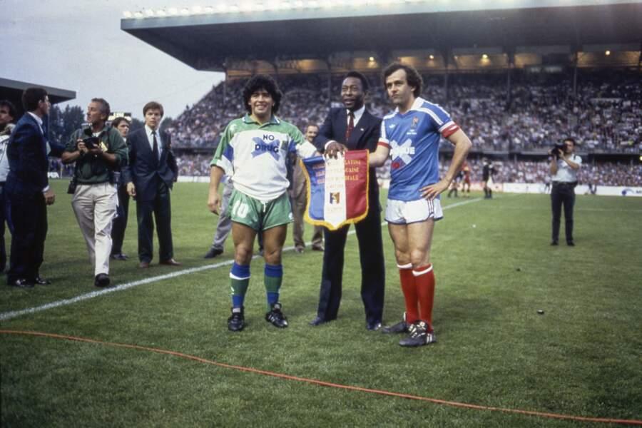 Lors du match amical opposant la France à une Selection mondiale en 1988, c'est Pelé, l'autre roi du football, qui réunit Maradona et Platini.