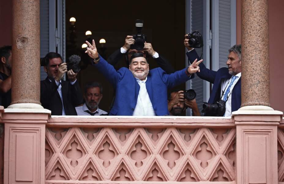 Toujours très populaire, Maradona au balcon de la Casa Rosada, siège du gouvernement argentin (décembre 2019)