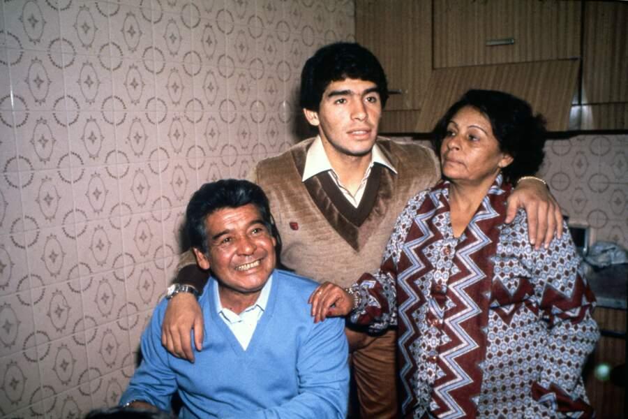 Diego Maradona avec ses parents Chitoro et Dalma.