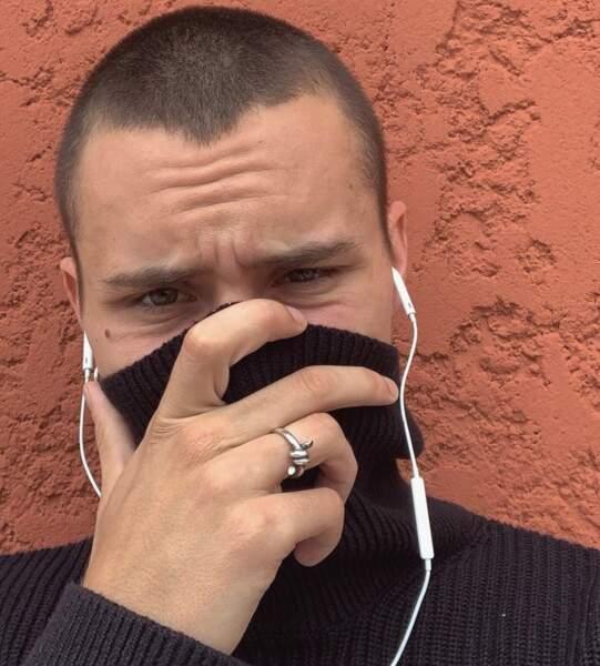 Aron Piper a opté pour un masque inédit : le col roulé. Pas bête !