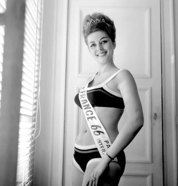 Miss France 1966, Monique Boucher. Elle perd ensuite son titre