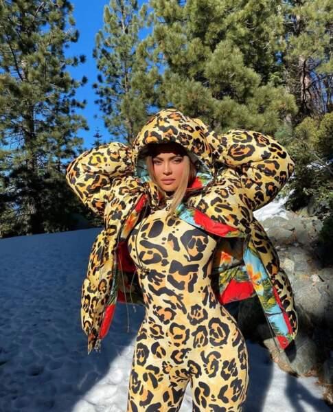 Kylie Jenner est sûre de se faire remarquer sur les pistes de ski dans son habit de panthère.