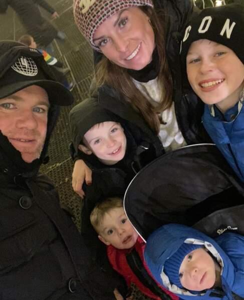 Selfie de famille pour le footballeur Wayne Rooney avec sa femme Coleen et leurs quatre fils.
