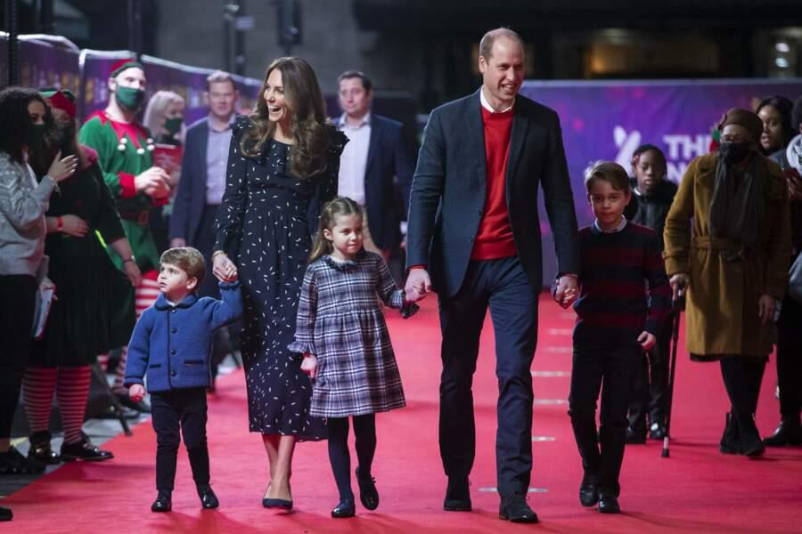 Le prince Louis tenait la main de sa maman, tandis que le prince George tenait celle de son père