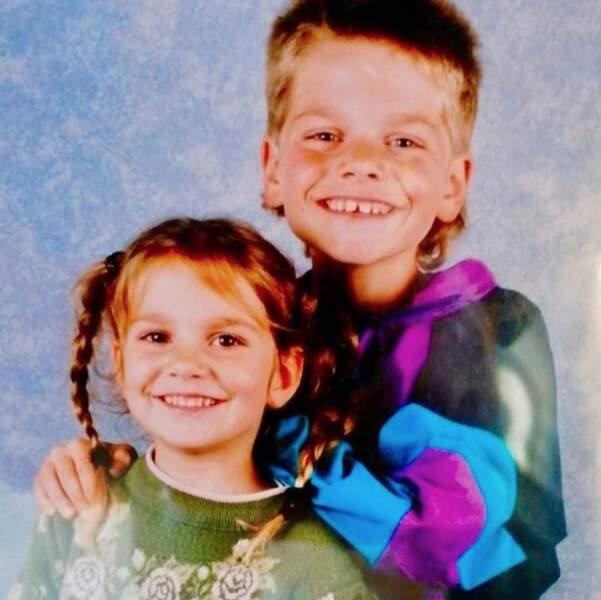 Et plongée en enfance pour Keen'V et sa coupe mulet, ici aux côtés de sa sœur Lorelei.