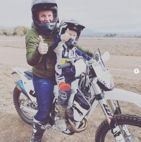 Petit tour en moto pour Pink et Jameson.