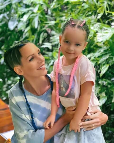 Mêmes coiffures pour Julia Paredes et sa fille Luna.
