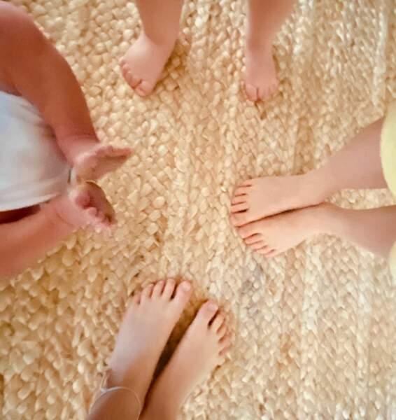 Ayda a annoncé la nouvelle avec ce cliché qu'elle a prise des pieds de ses 4 enfants avec le petit dernier à gauche, Beau né le 14 février
