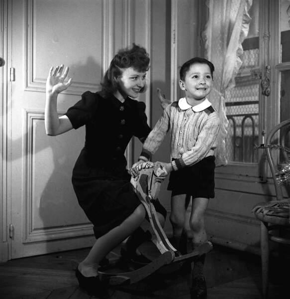 Enfant de la balle, Claude brasseur est le fils de la comédienne Odette Joyeux...
