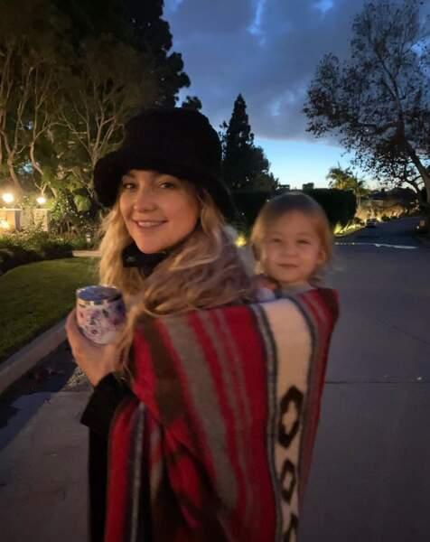 Promenade du soir pour Kate Hudson et son adorable Rani.