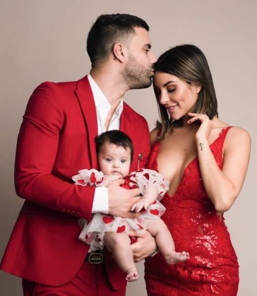 Rym et Vincent Queijo tout de rouge vêtus pour le premier Noël de leur fille