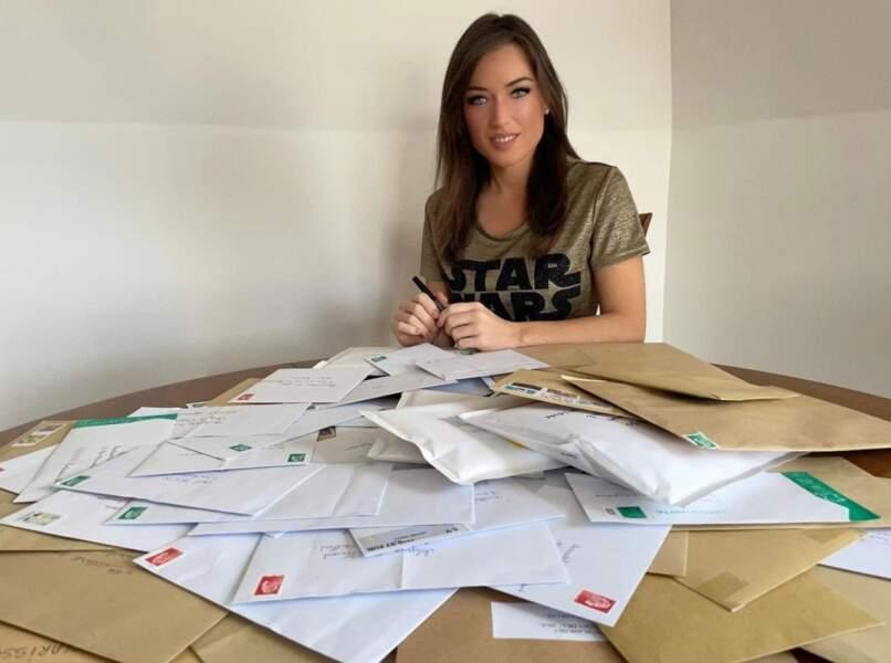Proche de sa communauté, elle prend du temps pour répondre à toutes ses lettres