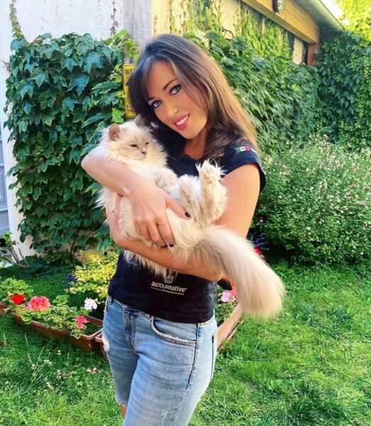 Raide dingue des animaux, elle a aussi un chat.